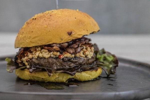 Dry-Aged-Burger-Cashew-Chili-Pesto-1-632x421